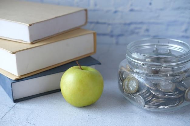 테이블에 메모장에 사과와 학교 개념에 검정