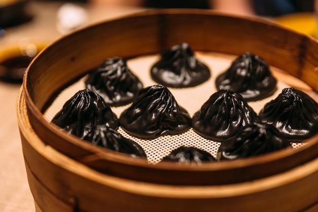 Черный трюфель сяо лонг бао (китайский супный пельмени).