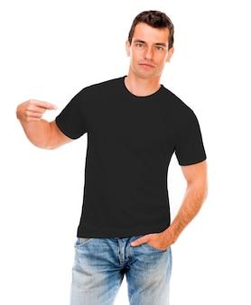 孤立した若い男の黒いtシャツ