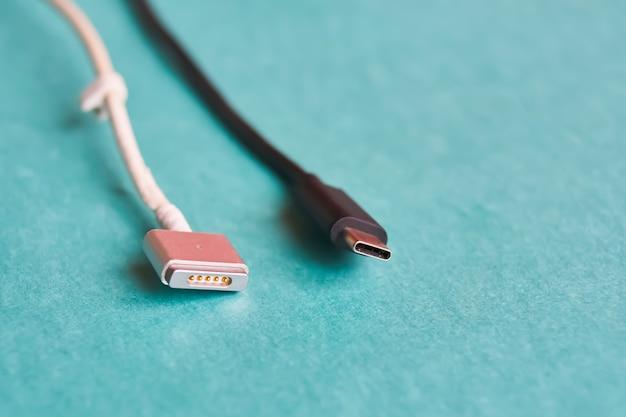 Черный тип usb c и белый кабель magsafe