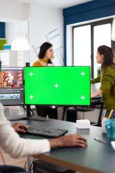 크로마 키를 사용하여 pc에서 수행하는 흑인 비디오그래퍼, 격리된 디스플레이 편집 비디오 푸티지를 조롱합니다.