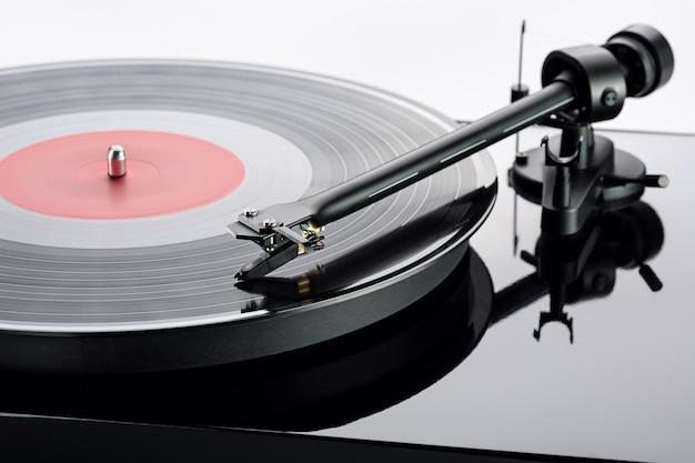 黒のビニールレコード。ビニールディスク用のビニールプレーヤー。