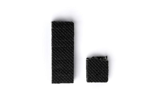 Черная вафля, изолированные на белом фоне.