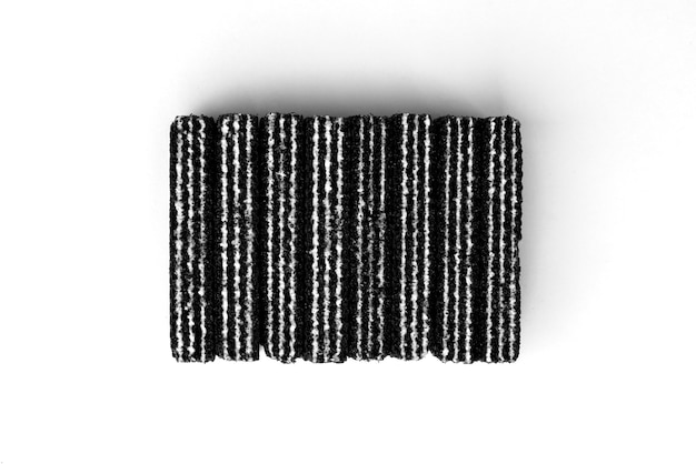 Черные вафли, изолированные на белом фоне.