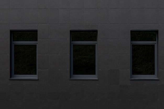 Черная стена и большие окна высотного здания