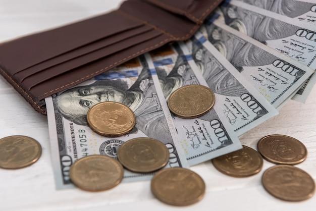 ドル紙幣とセント硬貨、貯蓄の概念を持つ黒い財布