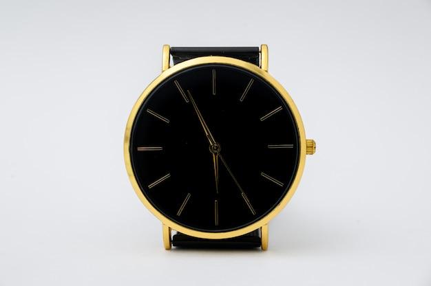 白い背景の上の男性のための黒い時計。