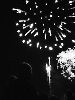 Foto in bianco e nero di fuochi d'artificio
