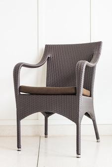 Черный белый зал пустой стул