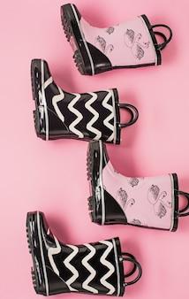 Gli stivali di gomma in bianco e nero o stivali da giardinaggio