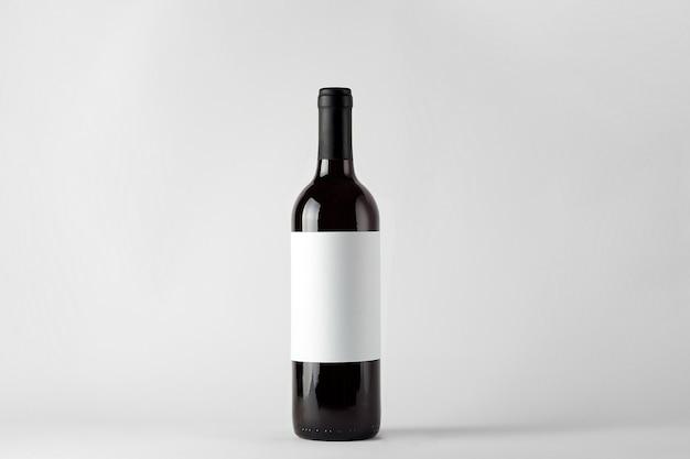 白で隔離赤ワインと黒ワインボトル