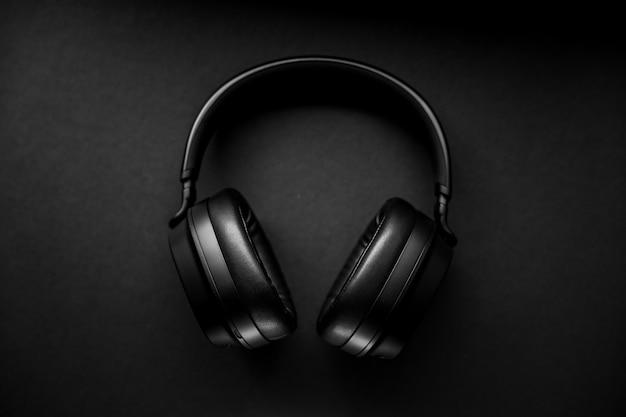 黒い表面に黒いワイヤレスヘッドフォン