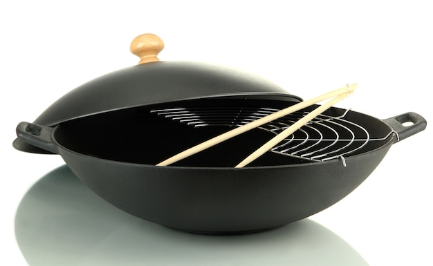 Черная сковорода вок, изолированные на белом фоне