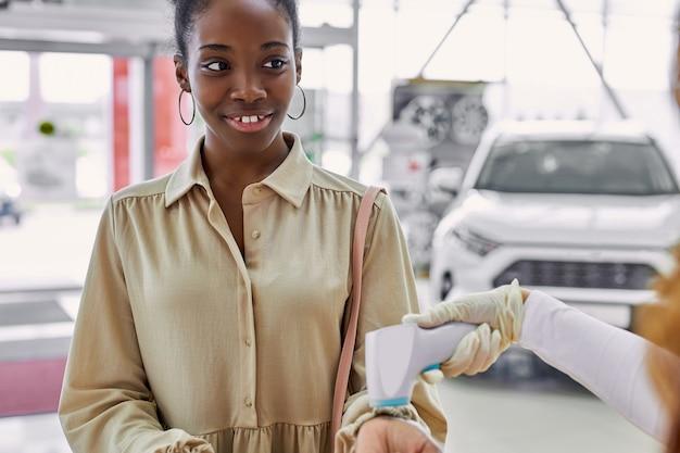 黒人女性がディーラーで自動車を買いに来た