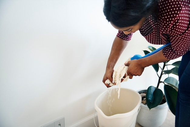 Stanza delle pulizie della donna di colore