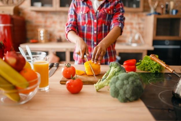 Черная женщина готовит здоровый завтрак на кухне