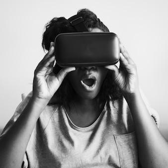 Donna di colore che sperimenta la realtà virtuale con un visore vr