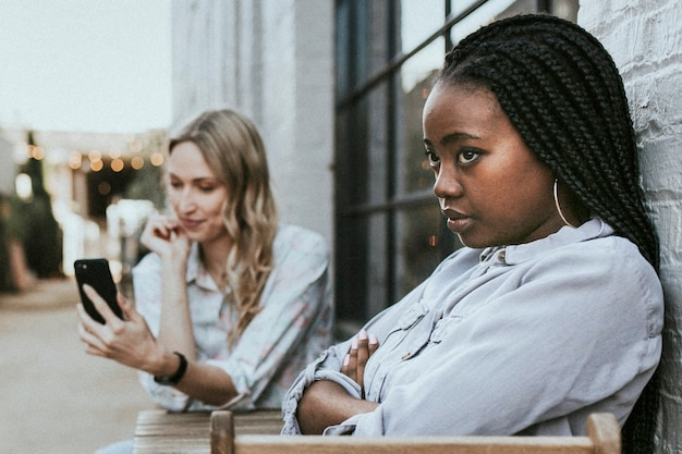 금발 친구가 지루해 하는 흑인 여성이 셀카를 계속 찍는다