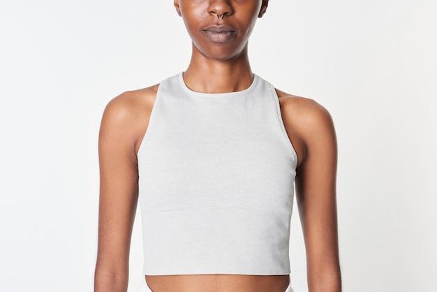Donna di colore in un modello di top corto grigio
