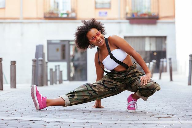 楽しんで、路上で踊る黒人女性