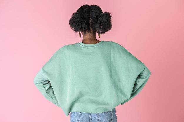 緑のトップの黒人女性
