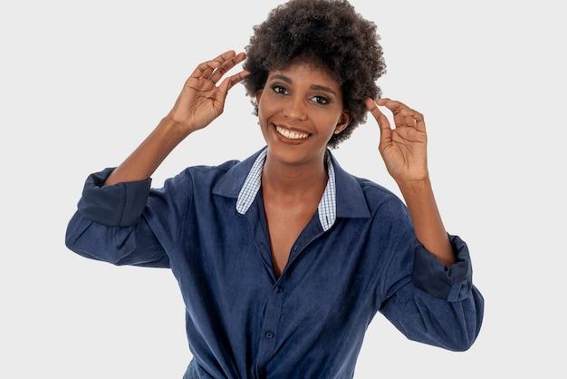 Чернокожая женщина изолирована, улыбаясь в разных повседневных ситуациях.
