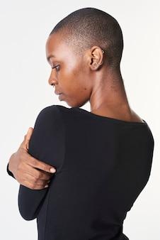 Donna nera in maglietta nera a maniche lunghe