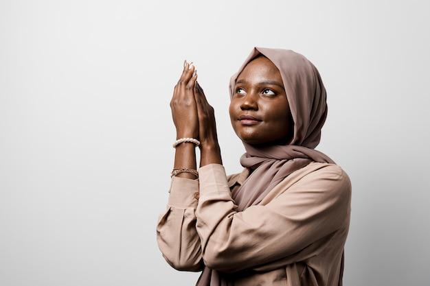 흑인 여성은 신에게기도합니다. 종교 소녀. 이슬람 종교