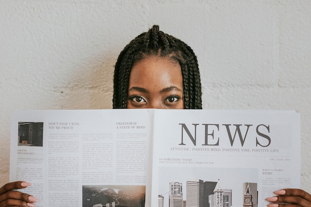 新聞を読んでいる黒人女性