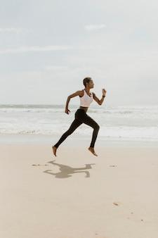 해변에서 달리는 흑인 여성