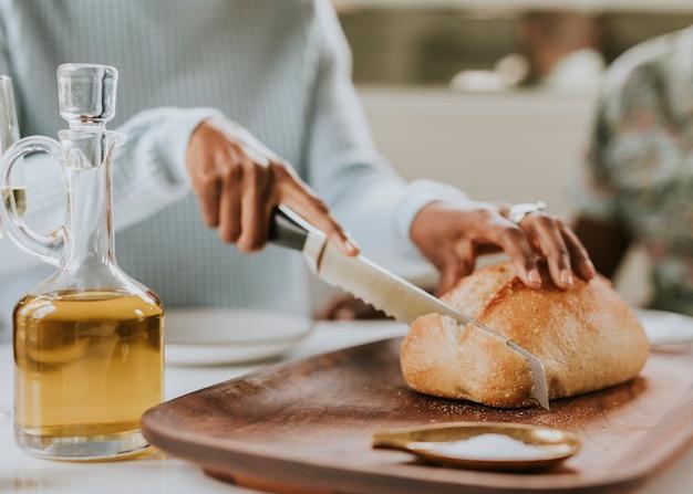 Черная женщина, нарезка хлеба на закваске