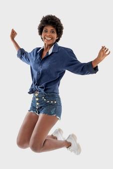 Черная женщина улыбается и прыгает
