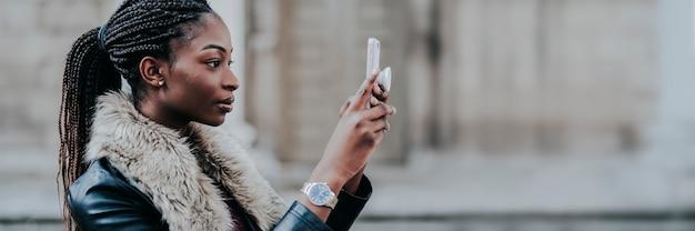 Donna di colore che scatta una foto