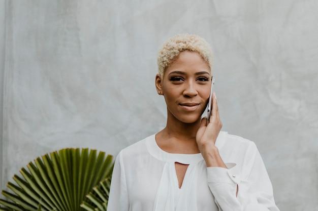 Черная женщина разговаривает по телефону
