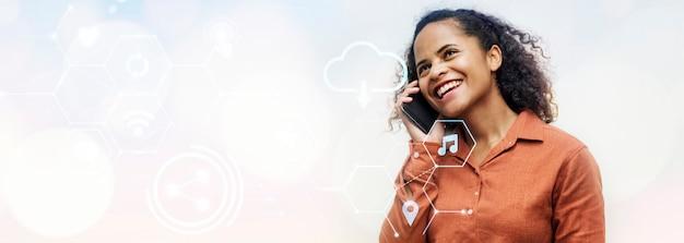 Donna nera che parla al telefono