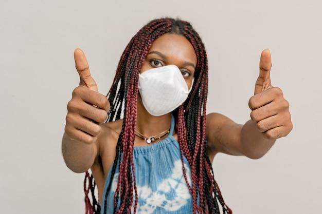 마스크를 쓴 흑인 여성