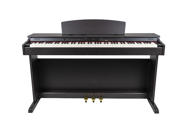 Черное деревянное современное пианино на белом фоне