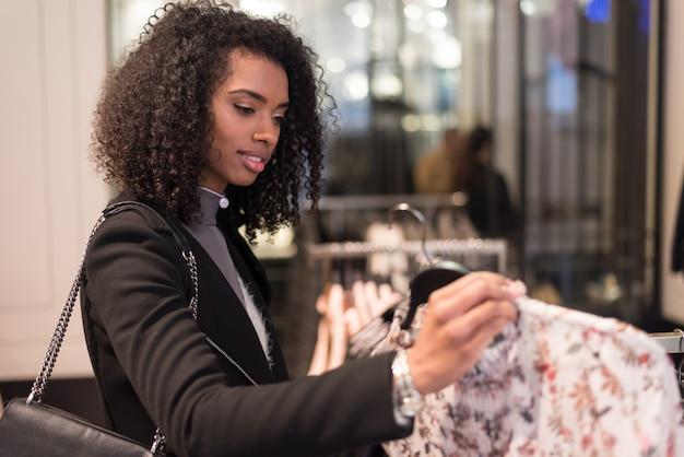 흑인 젊은 여자가 게에서 쇼핑을 하 고