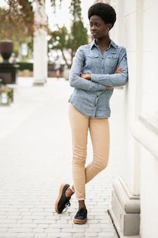 Черная молодая женщина, ходить по африке