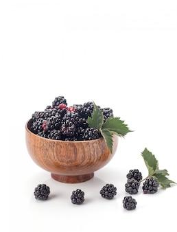 木製の弓でブラックベリー。白で隔離される熟した、おいしいブラックベリー。白い背景の上のブラックベリー。