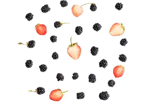 Ягоды ежевики и клубники на белом фоне вид сверху плоской летней свежей ягоды ...