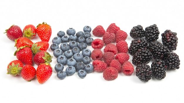Ежевика, малина, черника и клубника на белом фоне. витамины и полезные продукты