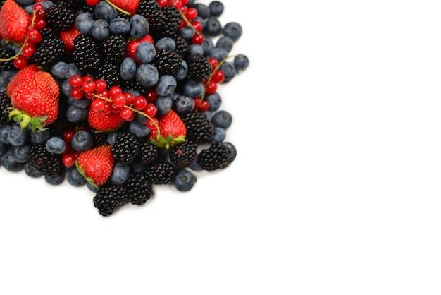 Ежевика, малина, черника, красная смородина, изолированные на белом фоне. вид сверху.