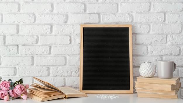 Классная доска и расположение книг