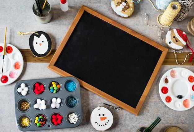 Доска и рождественские украшения
