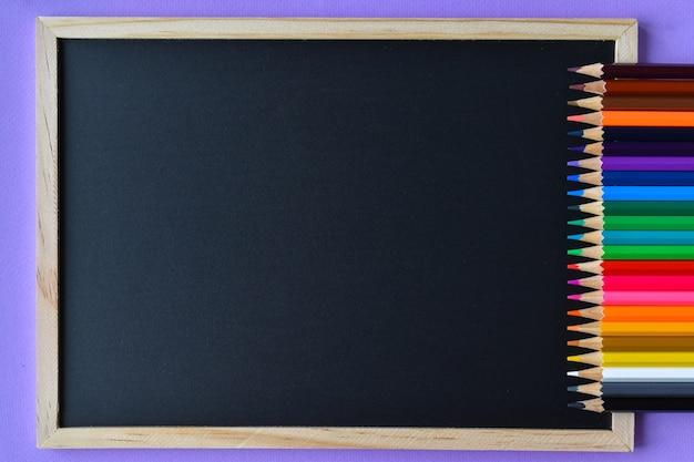 テキスト用のスペースと黒板と色鉛筆