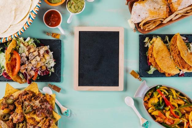 Доска и тарелки с мексиканской кухней