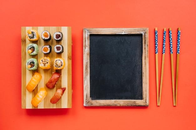 Доска между суши и палочками для еды