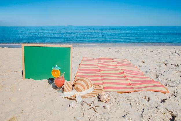 Доска возле пляжного одеяла