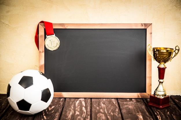 描かれたサッカーゲーム戦略と黒板。ボール、トロフィー、メダル